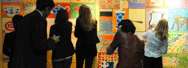 Equipe qui peint une fresque